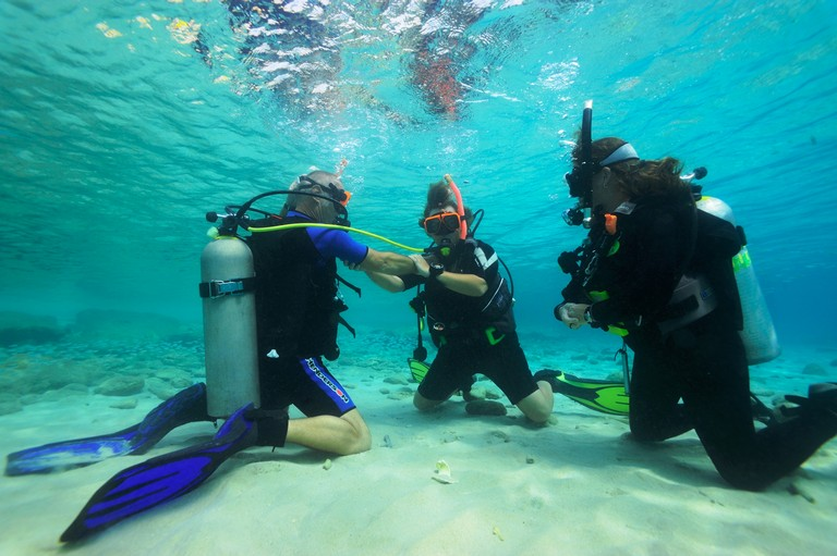 Scuba Diving Certification Near Me Luxury Practice Out Of Air Emergency Skills In The Confined Water Under